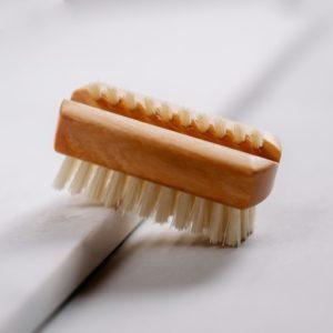 Petite brosse à ongles en bois de poirier